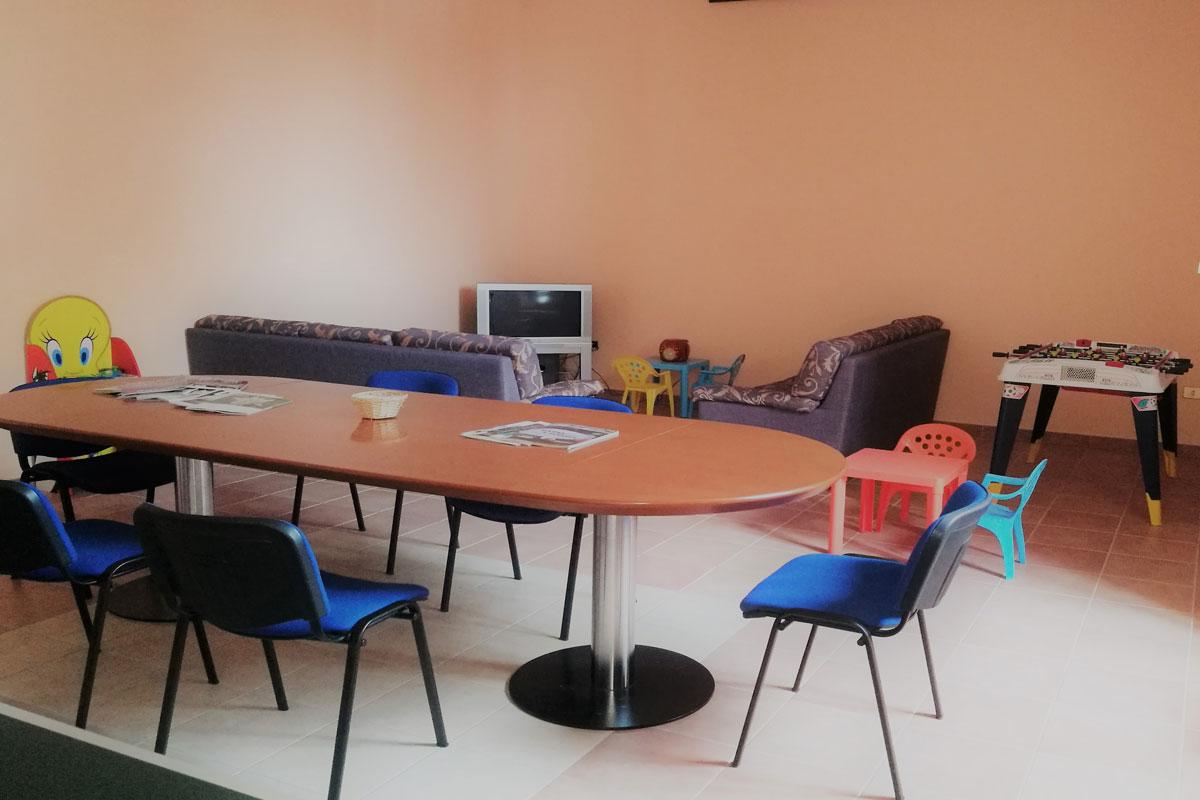 sala-amicizia-2-hostel-il-tetto-ostello-alloggio-camera-vacanza-dormire-melfi-potenza-basilicata