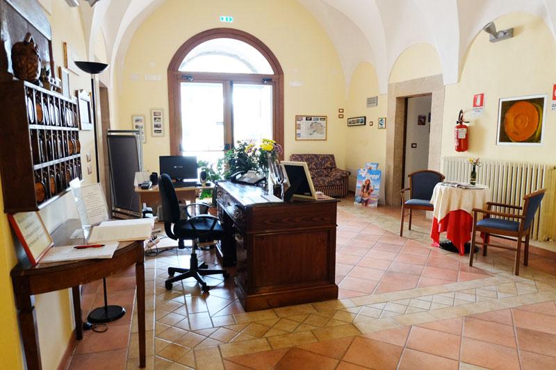 reception-hostel-il-tettomelfi-ostello-dormire-soggiorno ...